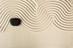 Камень Дзэн в песке на предпосылке Стоковое фото RF