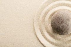 Камень Дзэн в песке на светлой предпосылке Стоковое фото RF