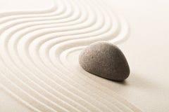 Камень Дзэн в песке Справочная информация Стоковая Фотография