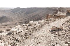 Камень кратера знака маркировки утеса пустыни края следа Стоковая Фотография RF