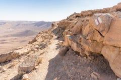 Камень кратера знака маркировки утеса пустыни края следа Стоковое фото RF