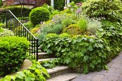 камень лестниц сада естественный стоковое фото rf