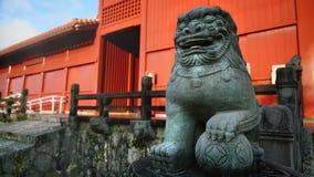 Камень льва Shisa на стробе Hoshimmon, замке Shuri Стоковое Фото