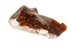 Камень макроса опаловый минеральный в утесе на белой предпосылке стоковая фотография