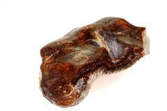Камень макроса опаловый минеральный в утесе на белой предпосылке стоковое изображение rf