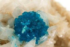 Камень минеральное Cavansite макроса на белой предпосылке стоковое фото