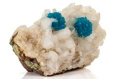 Камень минеральное Cavansite макроса на белой предпосылке стоковое изображение