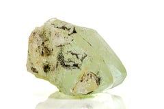 Камень минеральное Datolite макроса на белой предпосылке стоковые фотографии rf