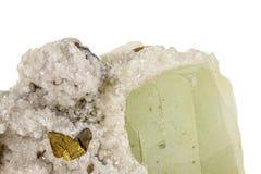 Камень минеральное Datolite макроса на белой предпосылке стоковая фотография