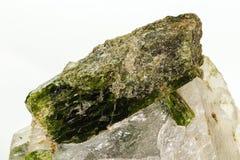 Камень минеральное Datolite макроса на белой предпосылке стоковое изображение