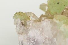 Камень минеральное Prehnite Babingtonite макроса на белой предпосылке стоковая фотография rf