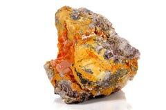 Камень минеральное Wulfenite макроса на белой предпосылке стоковое фото rf