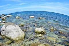Камень на пляже с голубым морем на острове Chang Koh в Таиланде, с рыбьим глазом Стоковое Изображение
