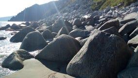 Камень на северном береге моря стоковые фото