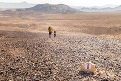 Камень новаторских backpackers маркировки знака отметки следа идя Стоковые Изображения