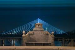 камень ночи стенда загоранный мостом стоковые фотографии rf
