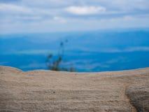Камень перед запачканной конспектом предпосылкой голубого неба Стоковые Фотографии RF