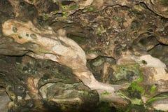 Камень пещеры с зеленой прессформой Стоковые Изображения