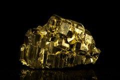 Камень пирита минеральный перед чернотой стоковое изображение