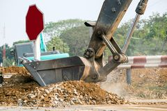 Камень почвы раскопок большого backhoe тяжелый Стоковые Фото