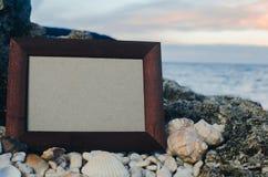 Камень рамки фото, море на месте захода солнца для помечать буквами, copyspace стоковые изображения