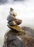камень реки пирамиды из камней нерезкости Стоковое Изображение RF