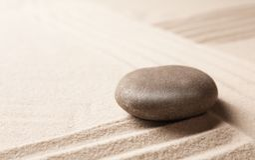 Камень сада дзэна на песке с картиной, космосом для текста стоковые фото