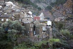 Камень сделал старые дома в деревне Piodão, районе Коимбры, Португалии стоковое фото rf