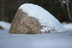 Камень с снегом стоковые фотографии rf