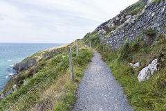 Камень трясет путь горы пеший на ирландском береге моря Стоковые Фотографии RF