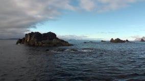 Камень трясет скалы в воде на предпосылке Северного океана в Свальбарде видеоматериал