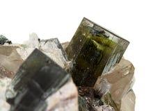 Камень турмалина макроса минеральный на белой предпосылке стоковое изображение