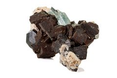 Камень турмалина макроса минеральный на белой предпосылке стоковые фото