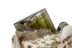 Камень турмалина макроса минеральный на белой предпосылке стоковые изображения