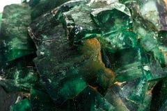 Камень турмалина макроса минеральный на белой предпосылке стоковая фотография rf