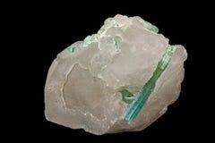 Камень турмалина макроса минеральный на черной предпосылке стоковые фотографии rf