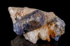 Камень турмалина макроса минеральный на черной предпосылке стоковые изображения