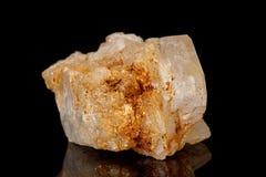 Камень турмалина макроса минеральный на черноте стоковое изображение