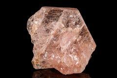 Камень турмалина макроса минеральный на черноте стоковая фотография rf