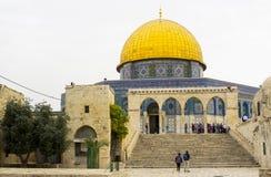 Камень шагает водящ к куполу святыни Иерусалима утеса исламской Стоковое Изображение RF