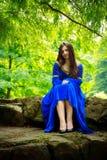 камень этапа девушки средневековый сидя стоковое изображение