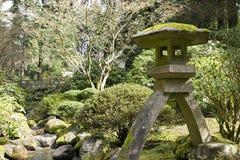 камень японского фонарика заводи Стоковая Фотография RF