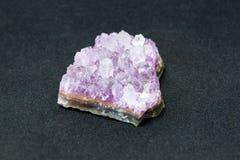 Камень amethyst кристаллов естественный amethyst самоцветный Минералы подземное богатство Стоковые Изображения