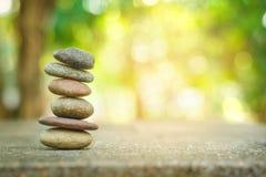 Камень Banlance со спа на абстрактной предпосылке стоковое изображение