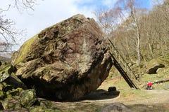Камень Bowder, Borrowdale, Cumbria, Англия Стоковое фото RF