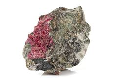 Камень Eudialyte макроса минеральное на белой предпосылке стоковая фотография rf