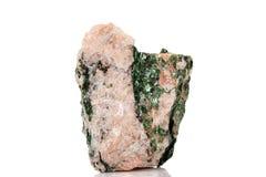 Камень Fuchsite макроса минеральный на белой предпосылке стоковое изображение