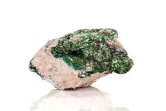 Камень Fuchsite макроса минеральный на белой предпосылке стоковые изображения
