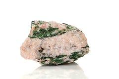 Камень Fuchsite макроса минеральный на белой предпосылке стоковое фото