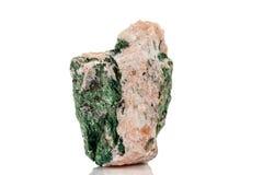 Камень Fuchsite макроса минеральный на белой предпосылке стоковая фотография rf